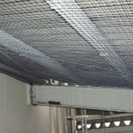 工場内の庇金物ハト除けネット2