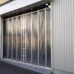 工場前カーテン