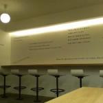 食堂壁面へカッティングシートきり文字