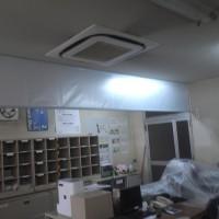 半透明の不燃材テント生地による防煙垂壁 3