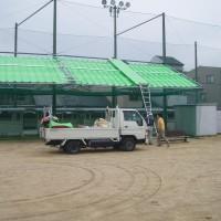 大学グラウンド内の開閉式テント2